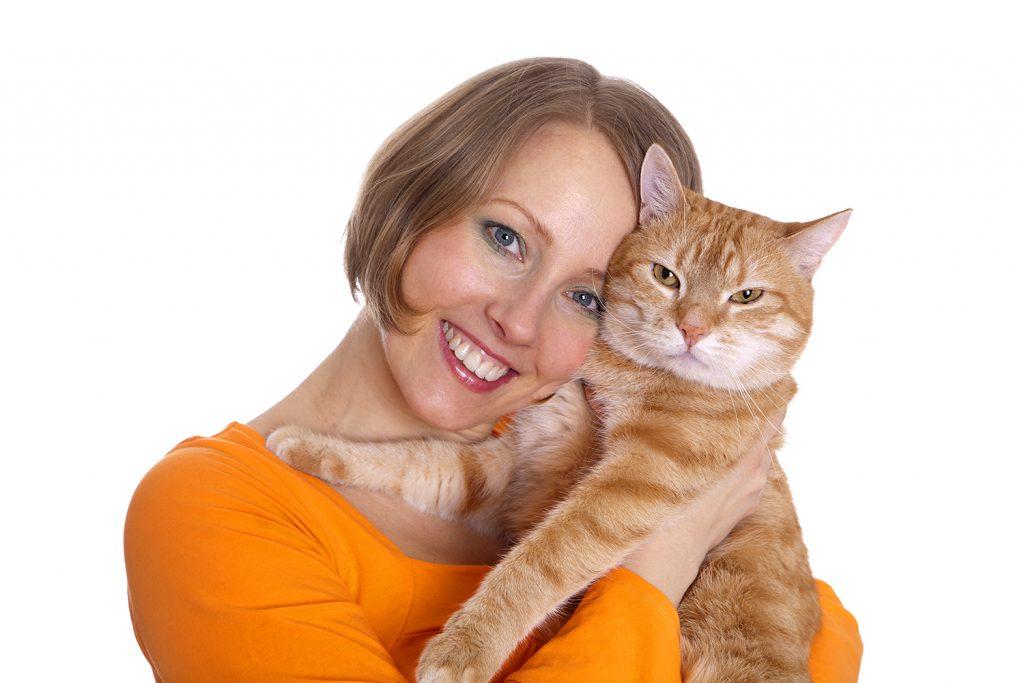женщина и кот с надменным выражением морды